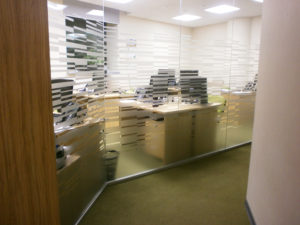 Оформление корпоративного офиса специализированной плёнкой с матовым пескоструйным эффектом